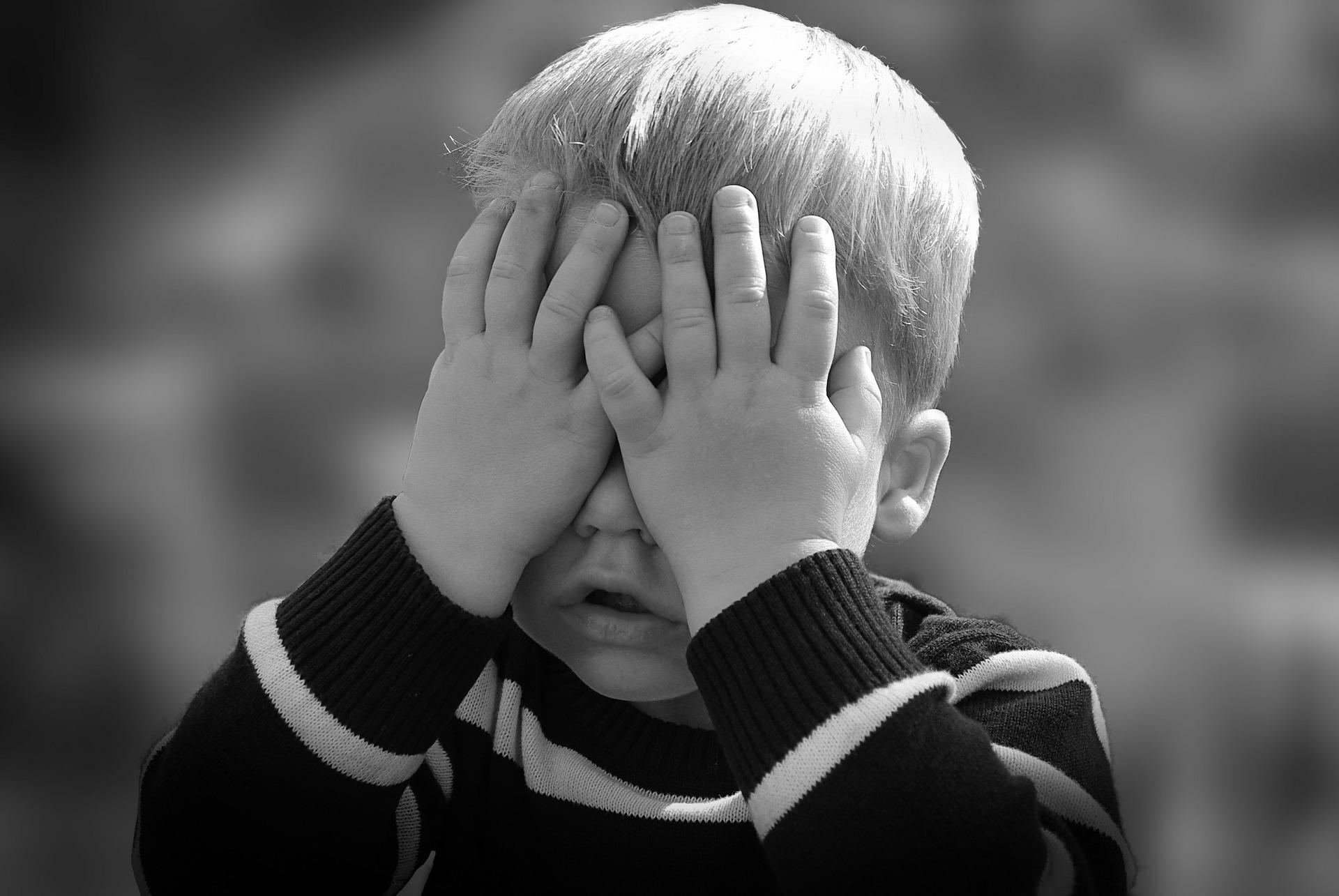 Dziecko zakrywa oczy